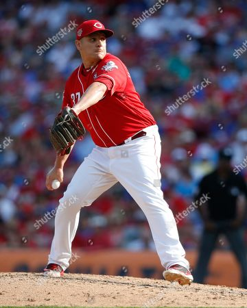 Cincinnati Reds relief pitcher David Hernandez (37) throws against the Chicago Cubs during the eighth inning of a baseball game, in Cincinnati