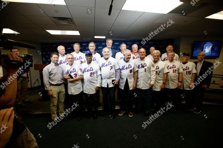 Fred Wilpon, majority owner of the New York Mets, right, and New York Mets COO Jeff Wilpon, left, and Democratic presidential candidate New York City Mayor, Bill de Blasio, above, pose for photos with the 1969 New York Mets before a baseball game against the Atlanta Braves, in New York