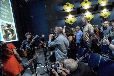 Fernando Perdomo, Jade Castrinos, Executive Producer/Singer/Songwriter Jakob Dylan and Echo In The Canyon Band