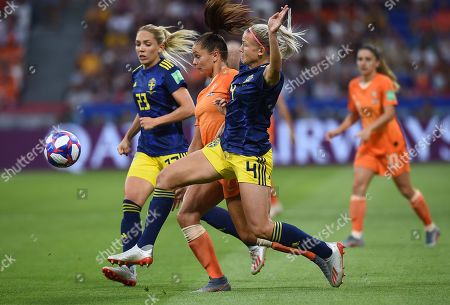 Lieke Martens of Netherlands and Hanna Glas of Sweden in action