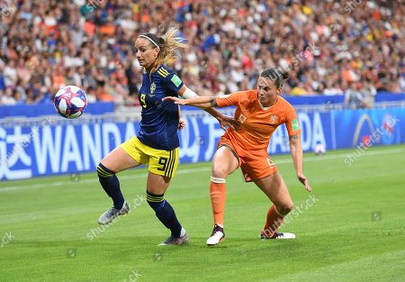 Kosovare Asllani of Sweden and Sherida Spitse of Netherlands in action