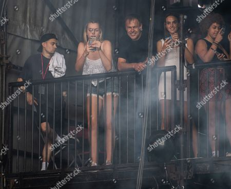 Peter Jones and family watch Yungen perform