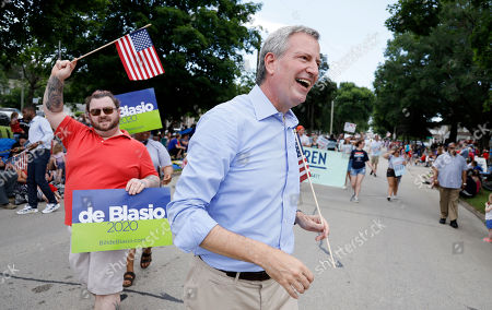Democratic presidential candidate New York Mayor Bill DeBlasio walks in the Independence Fourth of July parade, in Independence, Iowa
