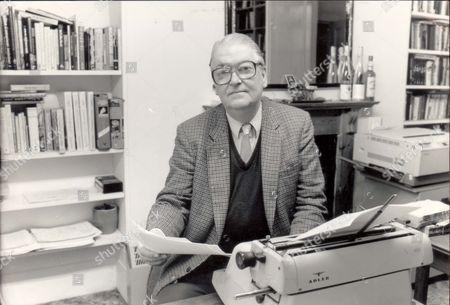 Author Kingsley Amis (1922-1995).