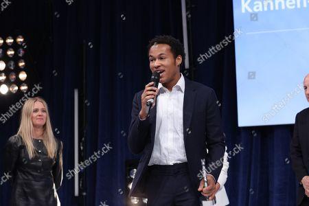 Sheku Kanneh-Mason accept his award