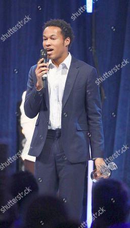 Sheku Kanneh-Mason accepts his award
