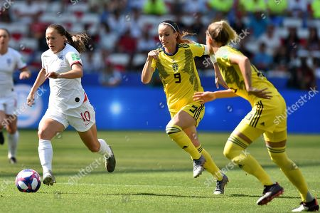 Fran Kirby of England runs through the defence