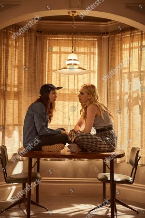 Elliot Page as Shawna Hawkins and Zosia Mamet as Claire Duncan
