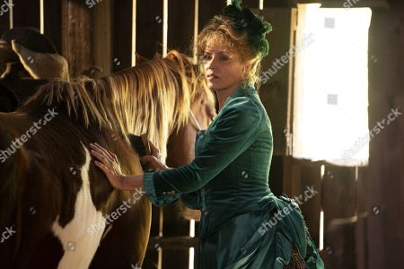 Kim Dickens as Joanie Stubbs