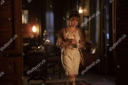 Jade Pettyjohn as Caroline Woolgarden