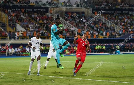 FRANCE OUT Richard Ofori of Ghana catching the ball in front of Wahbi Khazri of Tunisia during the African Cup of Nations match between Ghana and Tunisia at the Ismailia Stadium in Ismailia, Egypt