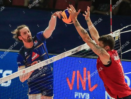France's Julien Lyneel (L) in action against USA's Matthew Anderson (R) during the Federation Internationale de Volleyball (FIVB) Men's Nations League match between France and USA at Credit Union 1 Arena in Chicago, Illinois, USA, 10 July 2019.