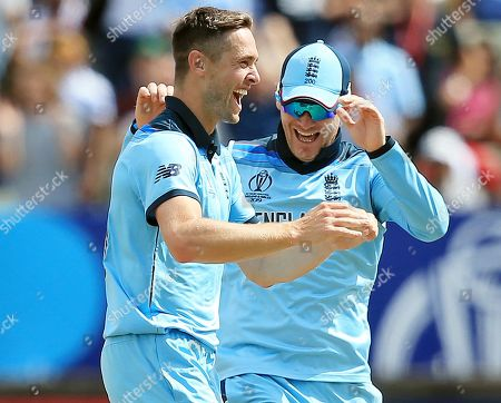 Chris Woakes of England celebrates taking the wicket of Peter Handscomb of Australia with Eoin Morgan