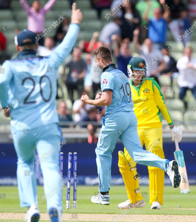 Peter Handscomb (R) bowled out by  Chris Woakes of England  (19 celebrating) for 4 runs
