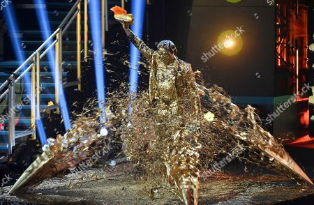 Dwayne Wade holds up the legend award as he is covered in gold slime at the Kids' Choice Sports Awards, at the Barker Hangar in Santa Monica, Calif