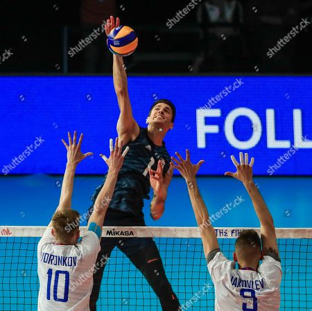 USA's Matthew Anderson (C) in action against Russia's Fedor Voronkov (L) and Russia's Ivan Iakovlev (R) during the FIVB Volleyball Men's Nations League match between Russia and the USA at Credit Union 1 Arena in Chicago, Illinois, USA, 12 July 2019.