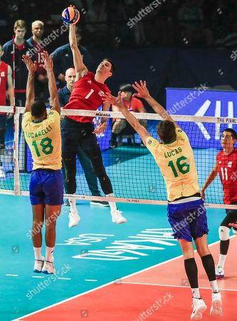 USA's Matthew Anderson (C) in action against Brazil's Ricardo Lucarelli Souza (L) and Brazil's Lucas Saatkamp (R) during the FIVB Volleyball Men's Nations League semifinal match between Brazil and the USA at Credit Union 1 Arena in Chicago, Illinois, USA, 13 July 2019. Russia defeated Poland to reach the finals.