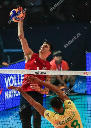 USA's Matthew Anderson (L) in action against Brazil's Ricardo Lucarelli Souza (R) during the FIVB Volleyball Men's Nations League semifinal match between Brazil and the USA at Credit Union 1 Arena in Chicago, Illinois, USA, 13 July 2019.
