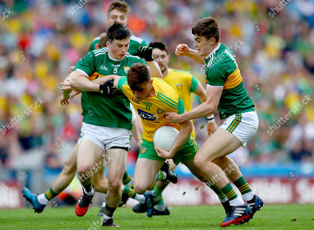 Kerry vs Donegal. Kerry's Paul Murphy and Sean O'Shea tackle Niall O'Donnell of Donegal