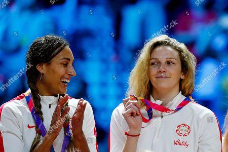Geva Mentor claps as Joanne Harten of England holds up her Bronze medal during the medal presentation