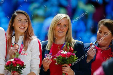 Jade Clarke and England head coach Tracey Neville hold up their bronze medals