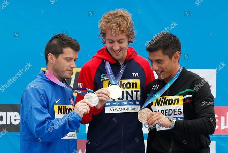 Silver medalist Steve Bue Lo of the USA (L) Gold medalist Gary Hunt of Britian (C) and Bronze medalist Jonathan Paredes of Mexico (R) look their medals during a medal ceremony for the Men's High Dive at the FINA Swimming World Championships 2019 in Gwangju, South Korea, 24 July 2019.