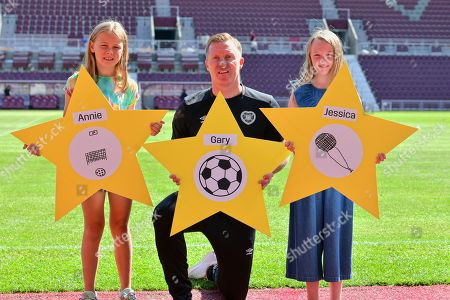 Stock Image of Gary Locke with schoolgirls Annie Clark and Jessica Cunningham