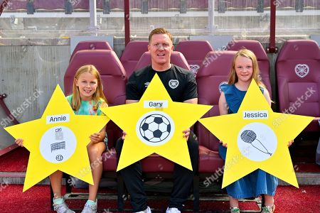 Gary Locke with schoolgirls Annie Clark and Jessica Cunningham