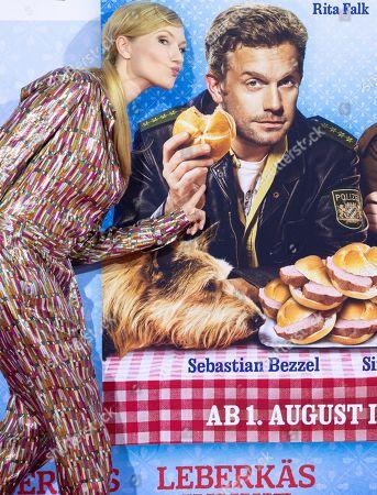 Johanna Gehlen kissing Husband Sebastian Bezzel