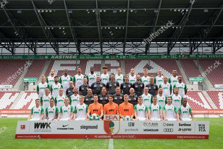 l-r: hintere Reihe: Jeffrey Gouweleeuw #6 (FC Augsburg), Sergio Cordova #9 (FC Augsburg), Rani Khedira #8 (FC Augsburg), Kevin Danso #38 (FC Augsburg), Seong-Hoon Cheon #35 (FC Augsburg), Michael Gregoritsch #11 (FC Augsburg), Julian Schieber #20 (FC Augsburg), Florian Niederlechner #7 (FC Augsburg), Andre Hahn #28 (FC Augsburg), Maurice Malone #37 (FC Augsburg), l-r: zweite Reihe von hinten, Georg Teigl #34 (FC Augsburg), Jan Moravek #14 (FC Augsburg), Zeugwart Salvatore Belardo (FC Augsburg), Physio Martin Miller (FC Augsburg), Physio Matkus Zeyer (FC Augsburg), Tortwarttrainer Zdenko Miletic (FC Augsburg), Reha-Trainer Soenke Ermgassen (FC Augsburg), Reha-Trainer Daniel Mueller (FC Augsburg), Reha- und Athletiktrainer Andreas Baeumler (FC Augsburg), Tim Rieder #40 (FC Augsburg), Noah Sarenren Bazee #17 (FC Augsburg), l-r: zweite Reihe von vorne, Ruben Vargas #16 (FC Augsburg), Philipp Max #31 (FC Augsburg), Simon Asta #26 (FC Augsburg), Co-Tainer Stefan Sartori (FC Augsburg), Chef-Trainer Martin Schmidt (FC Augsburg), Co-Tainer Tobias Zellner (FC Augsburg), Co-Tainer Jonas Scheuermann (FC Augsburg), Raphael Framberger #32 (FC Augsburg), Marco Richter #23 (FC Augsburg), Daniel Baier #10 (FC Augsburg), l-r: vorder Reihe: Mads Pedersen #3 (FC Augsburg), Amaral Borduchi Iago #22 (FC Augsburg), Fredrik Jensen #24 (FC Augsburg), Felix Goetze #4 (FC Augsburg), Andreas Luthe #1 (FC Augsburg), Fabian Giefer #13 (FC Augsburg), Benjamin Leneis #39 (FC Augsburg), Alfred Finnbogason #27 (FC Augsburg), Jozo Stanic #15 (FC Augsburg), Marek Suchy #5 (FC Augsburg), Carlos Gruezo #25 (FC Augsburg) , Mannschafts und Portraitbilder, FC Augsburg, Saison 2019/2020, Football, 1.Bundesliga, 31.07.2019