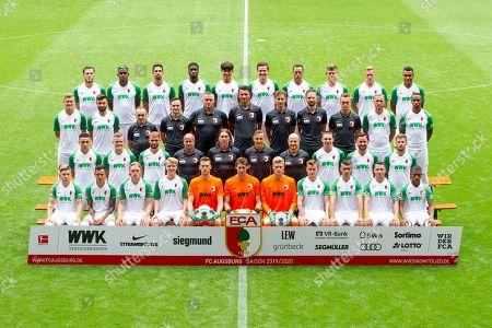 l-r: hintere Reihe: Jeffrey Gouweleeuw #6 (FC Augsburg), Sergio Cordova #9 (FC Augsburg), Rani Khedira #8 (FC Augsburg), Kevin Danso #38 (FC Augsburg), Seong-Hoon Cheon #35 (FC Augsburg), Michael Gregoritsch #11 (FC Augsburg), Julian Schieber #20 (FC Augsburg), Florian Niederlechner #7 (FC Augsburg), Andre Hahn #28 (FC Augsburg), Maurice Malone #37 (FC Augsburg), l-r: zweite Reihe von hinten, Georg Teigl #34 (FC Augsburg), Jan Moravek #14 (FC Augsburg), Zeugwart Salvatore Belardo (FC Augsburg), Physio Martin Miller (FC Augsburg), Physio Markus Zeyer (FC Augsburg), Tortwarttrainer Zdenko Miletic (FC Augsburg), Reha-Trainer Soenke Ermgassen (FC Augsburg), Reha-Trainer Daniel Mueller (FC Augsburg), Reha- und Athletiktrainer Andreas Baeumler (FC Augsburg), Tim Rieder #40 (FC Augsburg), Noah Sarenren Bazee #17 (FC Augsburg), l-r: zweite Reihe von vorne, Ruben Vargas #16 (FC Augsburg), Philipp Max #31 (FC Augsburg), Simon Asta #26 (FC Augsburg), Co-Tainer Stefan Sartori (FC Augsburg), Chef-Trainer Martin Schmidt (FC Augsburg), Co-Tainer Tobias Zellner (FC Augsburg), Co-Tainer Jonas Scheuermann (FC Augsburg), Raphael Framberger #32 (FC Augsburg), Marco Richter #23 (FC Augsburg), Daniel Baier #10 (FC Augsburg), l-r: vorder Reihe: Mads Pedersen #3 (FC Augsburg), Amaral Borduchi Iago #22 (FC Augsburg), Fredrik Jensen #24 (FC Augsburg), Felix Goetze #4 (FC Augsburg), Andreas Luthe #1 (FC Augsburg), Fabian Giefer #13 (FC Augsburg), Benjamin Leneis #39 (FC Augsburg), Alfred Finnbogason #27 (FC Augsburg), Jozo Stanic #15 (FC Augsburg), Marek Suchy #5 (FC Augsburg), Carlos Gruezo #25 (FC Augsburg) , Mannschafts und Portraitbilder, FC Augsburg, Saison 2019/2020, Football, 1.Bundesliga, 31.07.2019