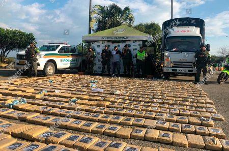 Esta fotografía distribuida por el Ministerio de Defensa de Colombia muestra lo que según las autoridades son paquetes de marihuana incautada durante una presentación en Popayán, Colombia, el miércoles 31 de julio de 2019. Algunos paquetes llevan fotografías de Pablo Escobar y Osama bin Laden