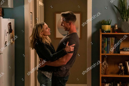 Stock Picture of Kristen Bell as Veronica Mars and Jason Dohring as Logan Echolls