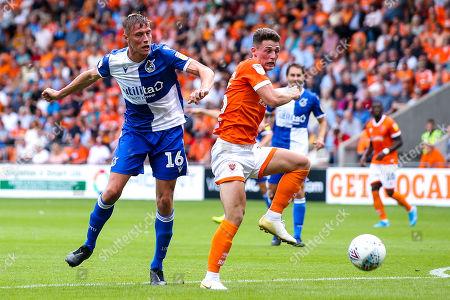 Tom Davies of Bristol Rovers challenges Jordan Thompson of Blackpool- Mandatory by-line: Robbie Stephenson/JMP