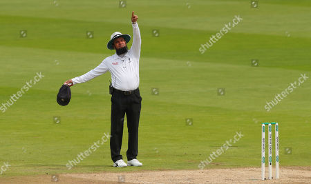 BIRMINGHAM, ENGLAND. 04 AUGUST Umpire Aleem Dar points to the Spidercam as it was in the batsmans line of sight during day 3 of the 1st Specsavers Ashes Test Match, at Edgbaston Cricket Ground, Birmingham, England