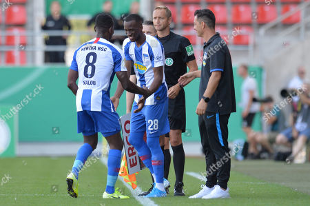 Berlin's Salomon Kalou, Dodi Lukebakio and coach Ante Covic during the German DFB Cup 1st round match between VfB Eichstaett and Hertha BSC Berlin in Ingolstadt, Germany, 11 August 2019.