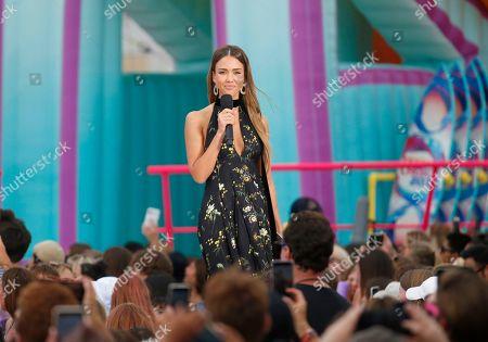 Jessica Alba presents the choice summer movie actress award at the Teen Choice Awards, in Hermosa Beach, Calif