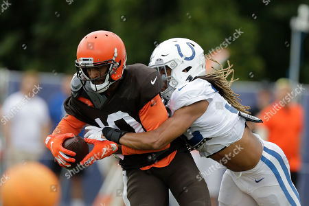 Cleveland Browns wide receiver Jaelen Strong (10) runs a drill against Indianapolis Colts cornerback Jalen Collins (32) during practice at the NFL team's football training camp in, in Westfield, Ind