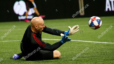 Atlanta United goalkeeper Brad Guzan (1) warms up before the start the Campeones Cup finals soccer match against Club America, in Atlanta
