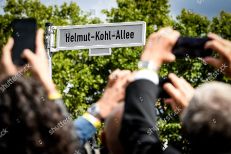 The street sign of the Helmut-Kohl-Allee during the unveiling of the Helmut-Kohl-Allee in front of the 'Kunstmuseum Bonn - Museum Mile' in Bonn, Germany, 15 August 2019. The approximately 400-metre-long section adjoins Willy-Brandt-Allee and extends to Helmut-Schmidt-Platz, which was renamed in 2016. The new street name has been officially in force since 01 August 2019 and is intended to commemorate the former chancellor in the former federal capital.