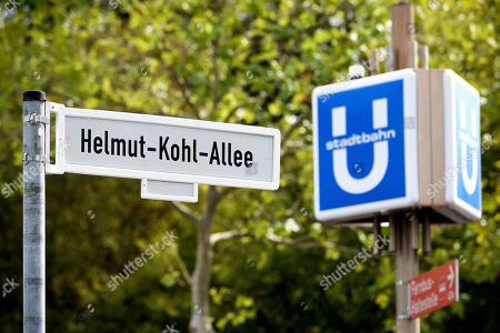 The street sign of the Helmut-Kohl-Allee after unveiling the Helmut-Kohl-Allee in front of the 'Kunstmuseum Bonn - Museum Mile' in Bonn, Germany, 15 August 2019. The approximately 400-metre-long section adjoins Willy-Brandt-Allee and extends to Helmut-Schmidt-Platz, which was renamed in 2016. The new street name has been officially in force since 01 August 2019 and is intended to commemorate the former chancellor in the former federal capital.