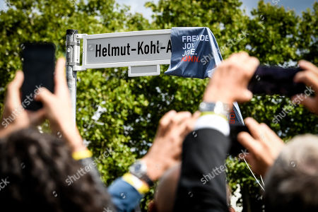 Stock Photo of The street sign of the Helmut-Kohl-Allee during the unveiling of the Helmut-Kohl-Allee in front of the 'Kunstmuseum Bonn - Museum Mile' in Bonn, Germany, 15 August 2019. The approximately 400-metre-long section adjoins Willy-Brandt-Allee and extends to Helmut-Schmidt-Platz, which was renamed in 2016. The new street name has been officially in force since 01 August 2019 and is intended to commemorate the former chancellor in the former federal capital.