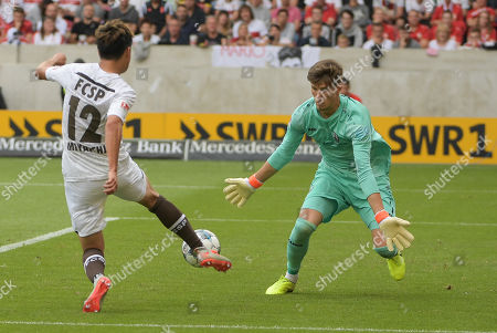 Ryo Miyaichi (FC St. Pauli #12) in vor goalkeeper Gregor Kobel (VFB Stuttgart #1) and vergibt, VFB Stuttgart - FC St. Pauli, 2 Bundesliga, 17.08.2019