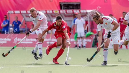 David Ames of England (L), Xavi Lleonart of Spain and Brendan Creed of England (R) in action during the EuroHockey 2019 men's match between Spain and England, in Antwerp, Belgium, 20 August 2019.