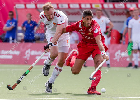 David Ames of England (L) and Xavi Lleonart of Spain in action during the EuroHockey 2019 men's match between Spain and England, in Antwerp, Belgium, 20 August 2019.