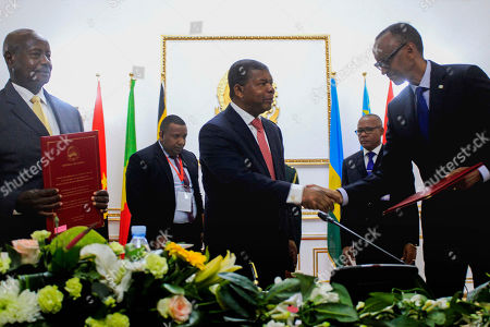 The President of the Republic of Angola Joao Lourenço (C) with Ugandan President Yoweri Museveni (L) and his Rwandan counterpart Paul Kagame (R) during the signing of an agreement to cease the hostilities between Uganda and Rwanda, Luanda, Angola, 21 August 2019. Relations between Uganda and Rwanda have deteriorated in recent months to the point where former allies were accused of espionage, political assassination and interference in internal affairs.
