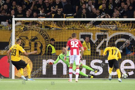 Young Boys' Guillaume Hoarau (L) scores the 2-2 equalizer from the penalty spot against Red Star Belgrade's goalkeeper Milan Borjan (back) during the UEFA Champions League playoff, first leg soccer match between BSC Young Boys and Red Star Belgrade in Bern, Switzerland, 21 August 2019.