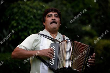 """Celso Pina. ARCHIVO ? En esta fotograf?de archivo del 25 de agosto de 2009 el acordeonista mexicano Celso Pi?toca su instrumento durante una conferencia de prensa en la Ciudad de M?co. El m?co celebr?0 a? de carrera en 2009 con su ?um """"Sin Fecha de Caducidad"""". Pi?falleci?l 21 de agosto en Monterrey, M?co a causa de un infarto, inform?u compa? discogr?ca La Tuna Group. Ten?66 a?"""