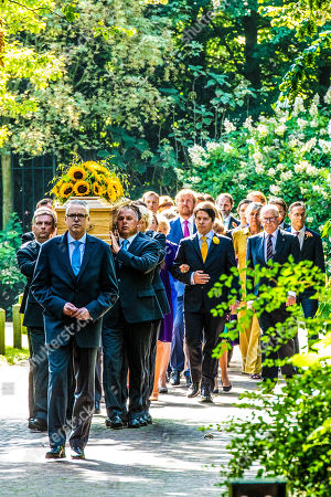Juliana Guillermo and Bernardo Guillermo, Pieter Van Vollenhoven, King Willem-Alexander, Queen Maxima, Princess Mabel, Prince Constantijn and Princess Laurentien during the funeral procession from the Dome of Fagel to the Coach House on the grounds of Noordeinde Palace