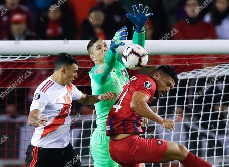 River Plate's Matias Suarez (L) vies for the ball with Cerro Porteno's goalkeeper Juan Pablo Carrizo (C) and Juan Patino (R) during the Copa Libertadores soccer match between River Plate and Cerro Porteno, at Monumental stadium in Buenos Aires, Argentina, 22 August 2019.